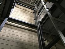 Elevador de carga com estrutura e fechamento - 7